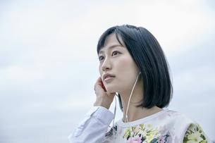 音楽を聴く女性の素材 [FYI00495685]