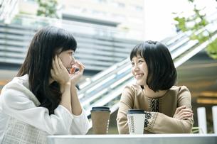 カフェで話す2人の素材 [FYI00495696]