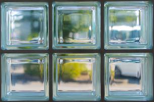 キューブガラス越しの景色の写真素材 [FYI00495776]