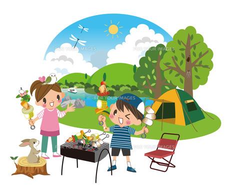 バーベキューを楽しむ子どもたちの写真素材 [FYI00495840]