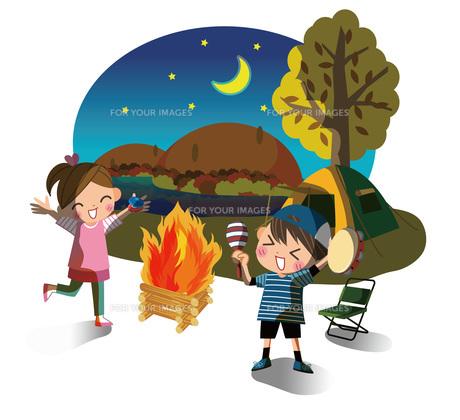 キャンプファイアーを楽しむ子どもたちの素材 [FYI00495841]