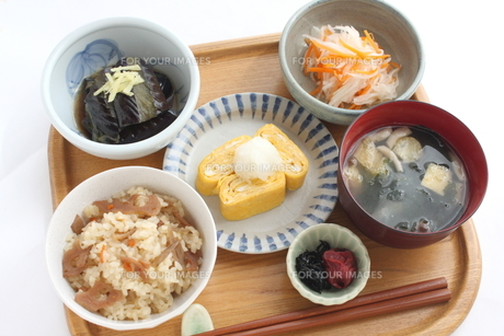 一汁三菜の家庭料理の写真素材 [FYI00495880]