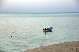入り江に浮かぶ小舟の写真素材 [FYI00495883]