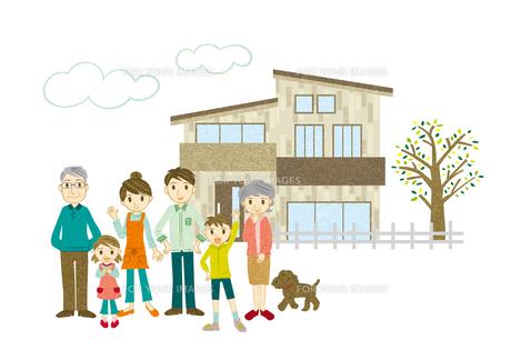 家の前に立つ3世代家族の写真素材 [FYI00495916]