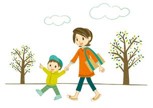 散歩する親子(背景あり)の写真素材 [FYI00495925]