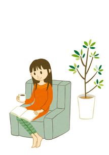 ソファで読書をする女性の写真素材 [FYI00495941]