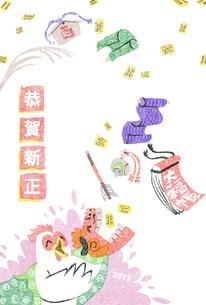 2017年賀状/酉/版画/渋い/かわいい/ニワトリ/獅子舞/疋物/打ち出の小槌/小判/破魔矢/大福帳/絵馬/稲穂/恭賀新正の写真素材 [FYI00496004]