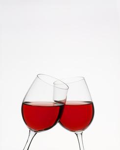 赤ワインを注いだ2つのグラスの写真素材 [FYI00496073]
