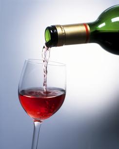 グラスに赤ワインを注ぐの写真素材 [FYI00496076]
