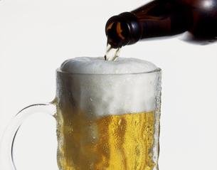 ジョッキに注ぐビールの写真素材 [FYI00496084]