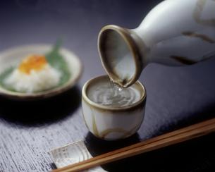 日本酒を注ぐの写真素材 [FYI00496094]