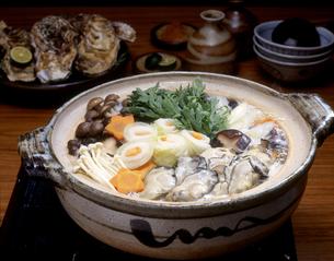 野菜の入った牡蠣鍋の写真素材 [FYI00496109]
