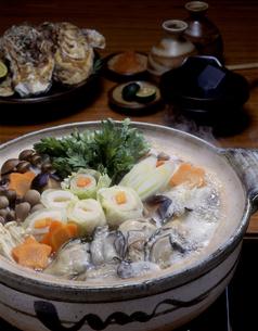 湯気のたつ牡蠣鍋の写真素材 [FYI00496110]