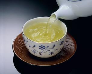急須で注ぐ日本茶の写真素材 [FYI00496175]