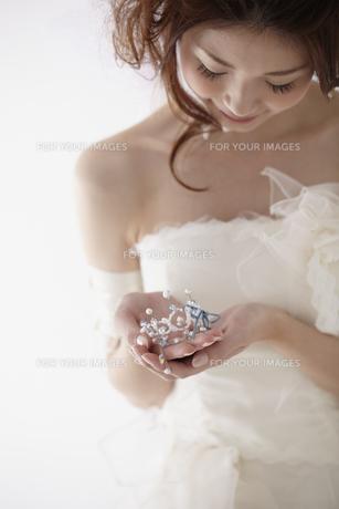 ティアラを持つ花嫁の写真素材 [FYI00496219]