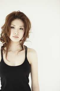 黒いキャミソールを着た女性 白バックの写真素材 [FYI00496270]