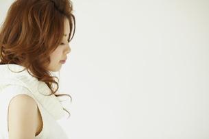 女性 白バックの写真素材 [FYI00496272]