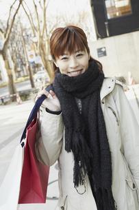 冬のショッピング女性の写真素材 [FYI00496283]