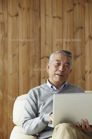 ノートパソコンを持つシニア男性の写真素材 [FYI00496299]