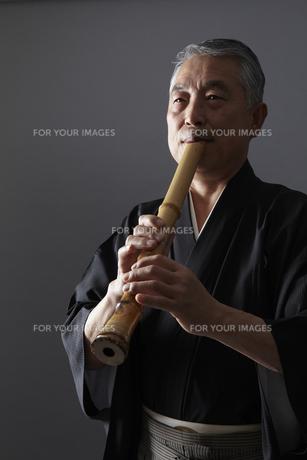 尺八を吹くシニア男性の写真素材 [FYI00496308]