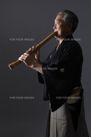 尺八を吹くシニア男性の写真素材 [FYI00496310]