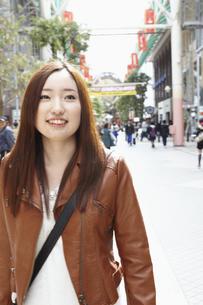 街を歩く女性の写真素材 [FYI00496312]