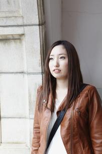 壁の前に立つ女性の写真素材 [FYI00496317]