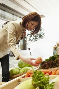 野菜を選ぶ女性の写真素材 [FYI00496333]