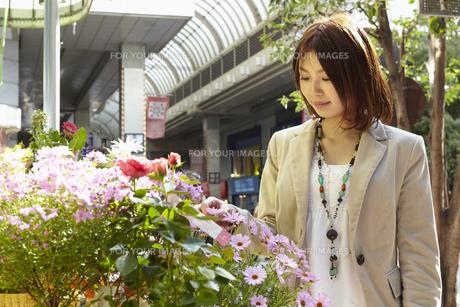 花屋の花を見る女性の写真素材 [FYI00496335]