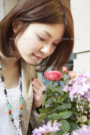 花屋の花を見る女性の写真素材 [FYI00496338]