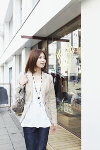 ウインドウショッピングを楽しむ女性の写真素材 [FYI00496341]