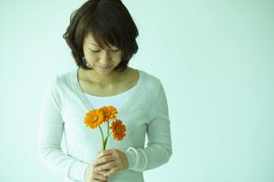 ガーベラを持つ女性 宮城県仙台市の写真素材 [FYI00496342]