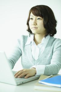 ノートパソコンを操作する女性 宮城県仙台市の写真素材 [FYI00496354]