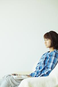 ソファに座り読書をする女性 宮城県仙台市の写真素材 [FYI00496358]