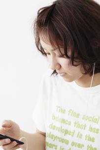 音楽を聴く女性 宮城県仙台市の写真素材 [FYI00496361]