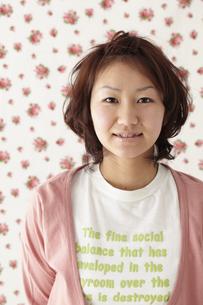 ピンクのカーディガンを着た女性 宮城県仙台市の写真素材 [FYI00496367]