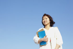 ノートを抱える女性 宮城県仙台市の写真素材 [FYI00496373]