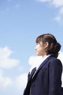 青空と女性横顔 宮城県仙台市の写真素材 [FYI00496374]