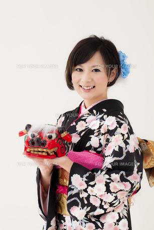 獅子頭を持つ着物姿の女性 宮城県仙台市の写真素材 [FYI00496415]