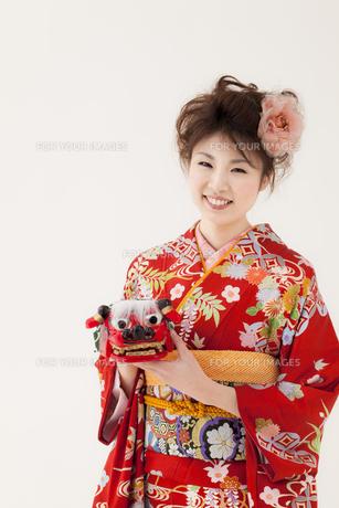 獅子頭を持つ着物姿の女性 宮城県仙台市の写真素材 [FYI00496416]