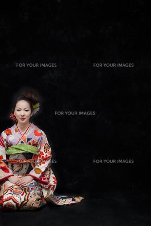 正座をする着物姿の女性の写真素材 [FYI00496423]