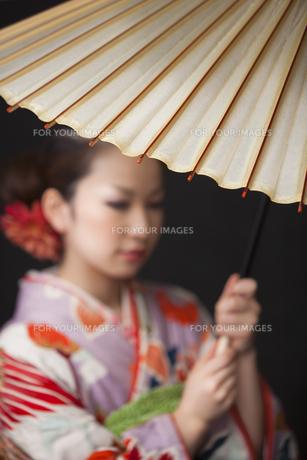 和傘を持つ着物姿の女性の写真素材 [FYI00496427]
