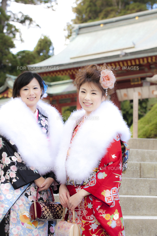 神社前に立つ着物姿の女性2人 宮城県塩釜市の写真素材 [FYI00496435]