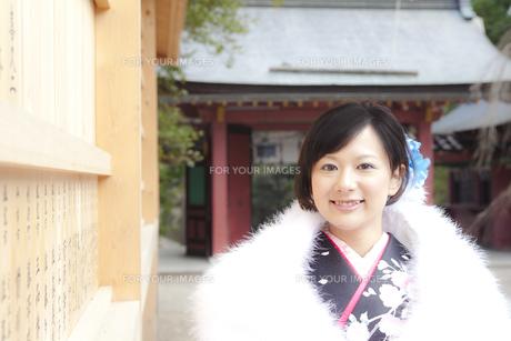 神社境内の着物姿の女性 宮城県塩釜市の写真素材 [FYI00496443]