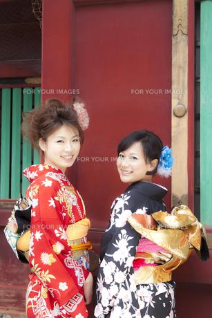 着物姿の女性2人 宮城県塩釜市の写真素材 [FYI00496453]