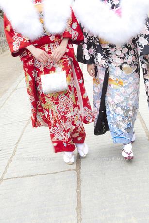 歩く着物姿の女性2人 宮城県塩釜市の写真素材 [FYI00496454]