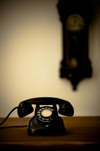 レトロな電話と時計の写真素材 [FYI00496473]