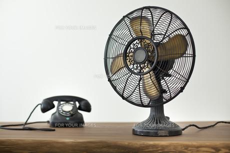 レトロな扇風機と電話の写真素材 [FYI00496477]