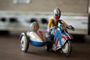 レトロなブリキのおもちゃとラジオの素材 [FYI00496486]