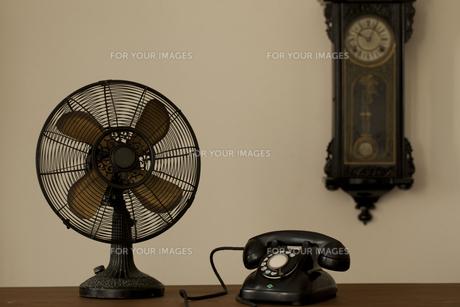 レトロな電話と時計と扇風機の写真素材 [FYI00496488]